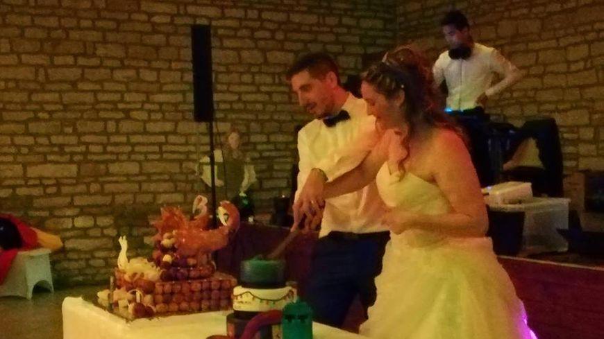 Jimmy et Marine en plein découpage de leur gâteau de mariage