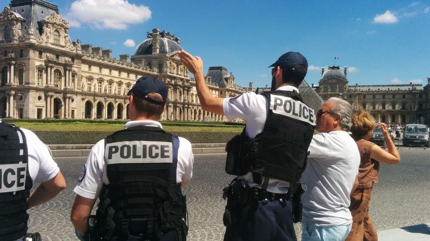 Environ 5000 agents patrouillent toute la journée sur les sites touristiques parisiens et autour des hôtels.