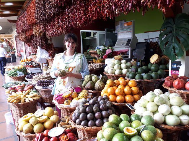 Le marché Nataly nous fait découvrir les fruits exotiques cultivés à Madère