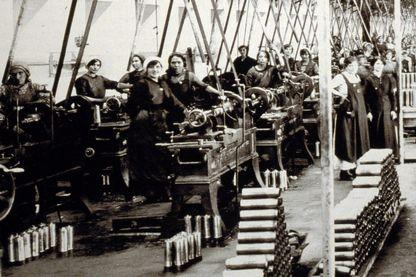 """Les tourneuses d'obus dans  les """"officines Breda"""" en 1916"""