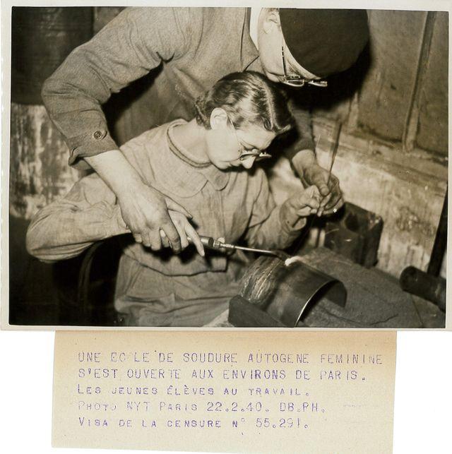 Pendant la guerre, 1939/1940, archives Le Petit Parisien. L'apprentissage de la soudure dans une école spécialisée