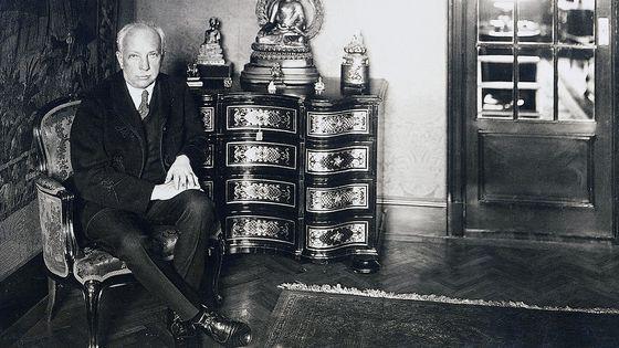 Le compositeur et chef d'orchestre Richard Strauss dans sa maison à Monaco.