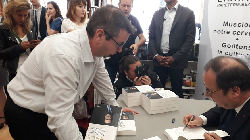 François Hollande au Passage, librairie d'Alençon dans l'Orne
