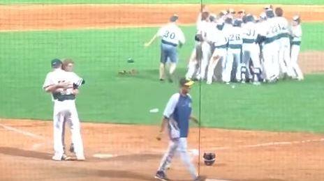 Ce joueur de baseball va réconforter son adversaire avant de fêter la victoire.