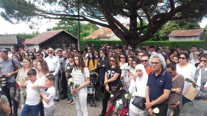 Des habitants d'Ychoux et des communes alentours comme Biscarrosse ou Sanguinet se sont retrouvés devant la mairie d'Ychoux, point de départ de la marche.