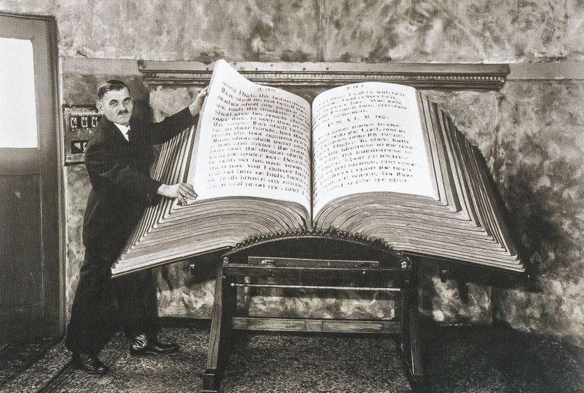 Dark City : Bible géante de Louis Waynai
