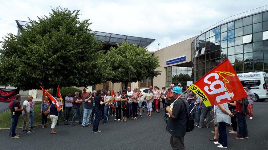 Une soixantaine de personnes, dont des enfants, ont manifesté ce mardi dans la cour de l'hôpital à l'appel de la CGT.
