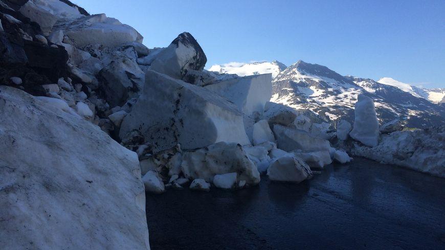 Le col de l'Iseran après de nouvelles coulées de neige