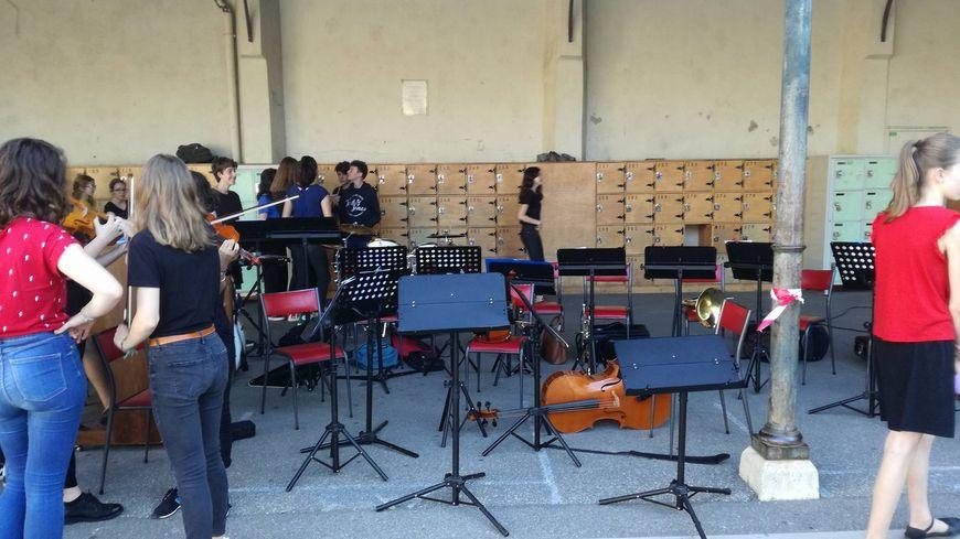 Les élèves chanteurs et musiciens ont donné un concert pour leurs petits camarades