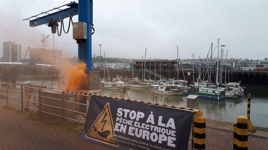 Mobilisation contre la pêche électrique ce lundi à Boulogne-sur-mer, en attendant une décision de l'Europe.