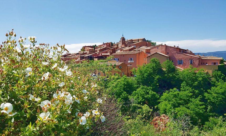Vue de Roussillon depuis le Sentier des ocres.
