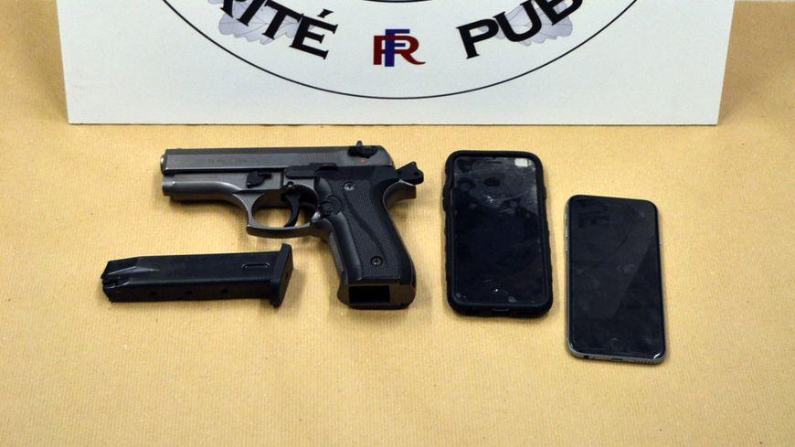 Les policiers ont retrouvé le téléphone de la victime et une arme de poing