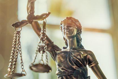 Gros plan d'une statue représentant la Justice