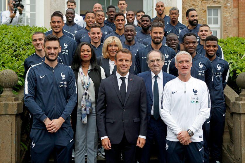 Emmanuel Macron, sa femme et la ministre des Sports Laura Flessel en visite auprès des Bleus, à Clairefontaine, le 5 juin 2018