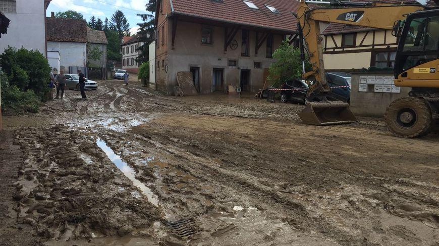 Le bas du village de Gougenheim sous la boue après l'orage.