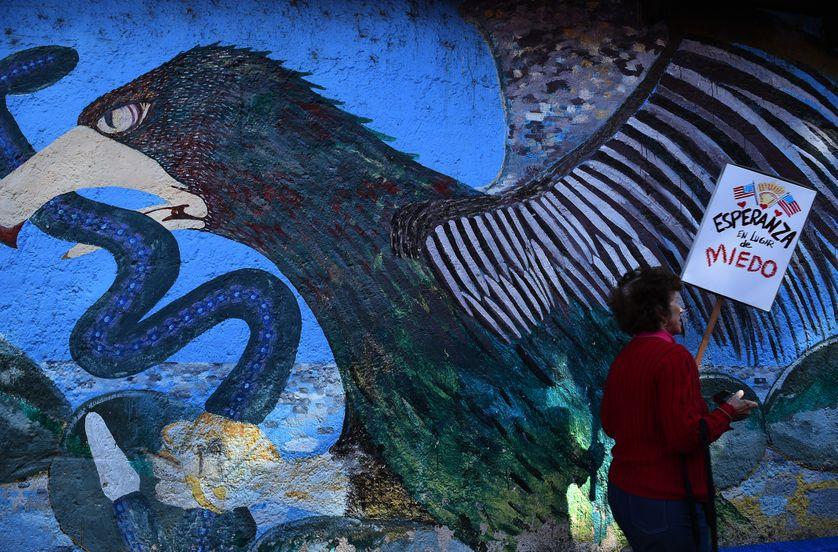 Un aigle, sur un « nopal » perché, tenait en son bec un serpent. Cet emblème figure aussi sur le drapeau du Mexique. Devant, passe une femme porteuse d'un message : «Espoir au lieu de la peur». État de Jalisco, Mexique, 21 janvier 2017