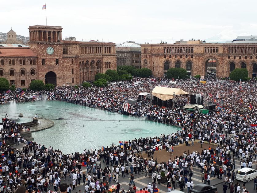 Des dizaines de milliers d'Arméniens se sont rassemblés sur la place de la république à erevan le 8 mai, pour suivre sur écrans géants la retransmission de l'élection de Nikol Pachinian comme Premier ministre