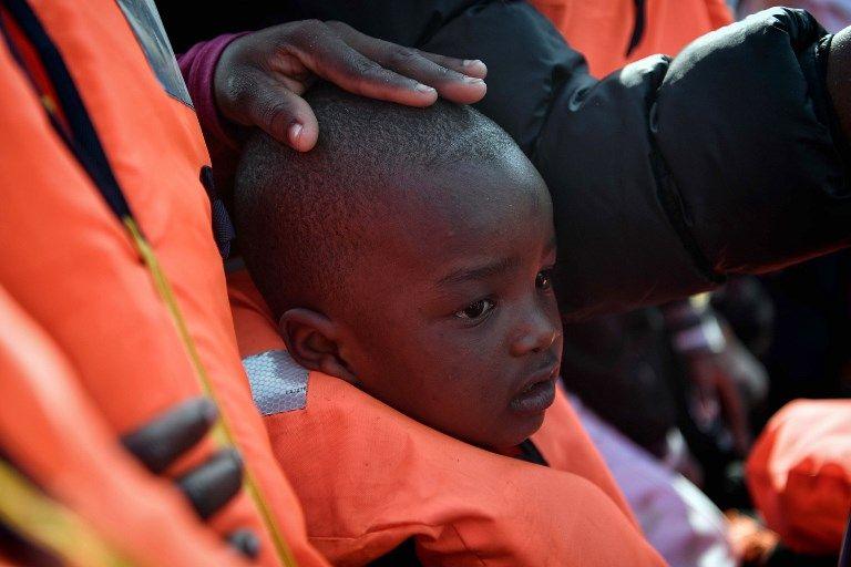 Un enfant, rescapé des prisons libyennes puis du canot pneumatique, en attente de débarquer de l'Aquarius