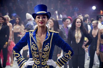 Les artistes du cirque Bouglione posent en octobre 2014 au Cirque d'Hiver à Paris