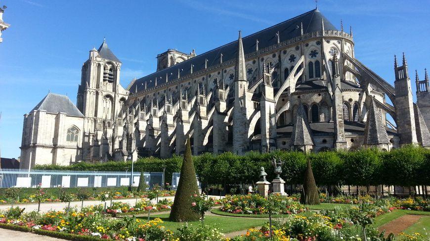 Il a enjambé la rambarde et atterri 65 mètres plus bas sur le parvis de la cathédrale de Bourges.