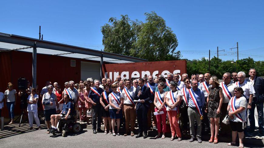 Les élus de la communauté de communes Porte de DrômArdèche ont manifesté, ce jeudi, devant l'hôpital de Saint-Vallier.