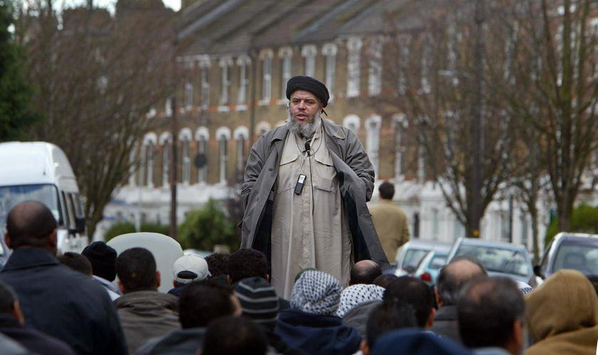 L'imam Abu Hamza al-Masri durant un prêche, près de la mosquée de Finsbury Park au nord de Londres (2004).