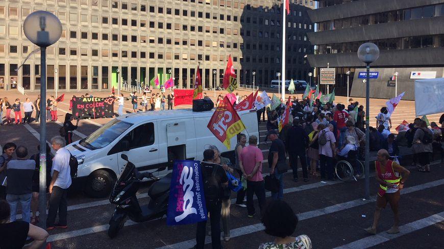 Plus d'une centaine de personnes étaient rassemblées devant la préfecture de Seine-Saint-Denis à Bobigny