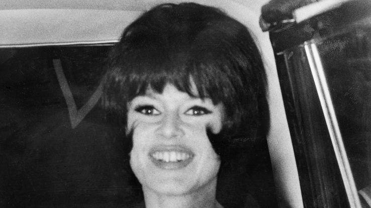"""Brigitte Bardot à Rome, en avril 1963, avec une perruque brune lors du tournage du film """"Le Mépris"""" de Jean-Luc Godard."""