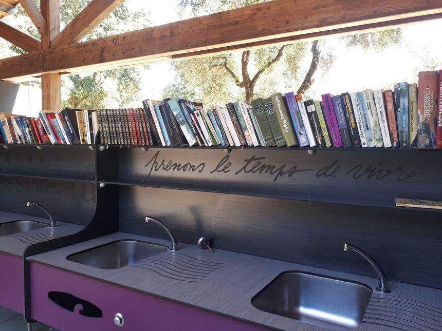 Les campeurs peuvent emprunter des livres librement après leur vaisselle !