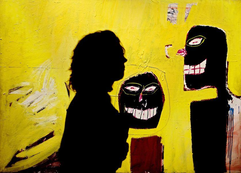 """Une visiteuse devant une oeuvre de Jean-Michel Basquiat à la rétrospective """"The Jean-Michel Basquiat Show"""" à Milan en 2006."""