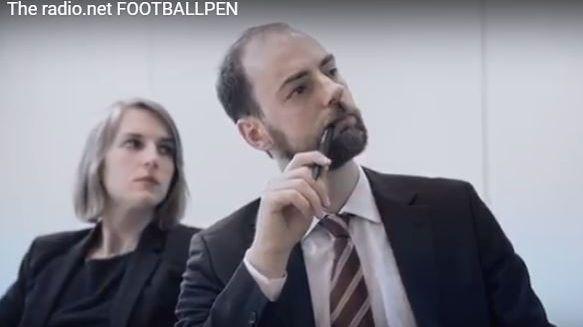 Avec le Football Pen ce monsieur écoute les matches de coupe du monde à l'insu des autres.