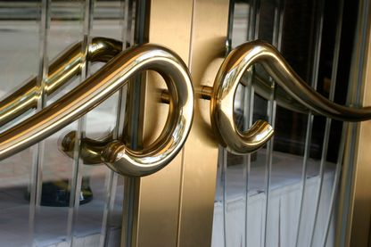 Poignée de porte vintage et chic d'un ancien bâtiment d'hôtel.