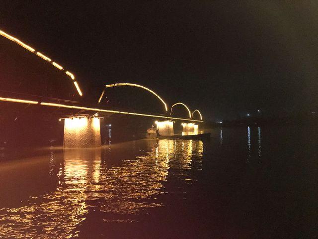 Le pont de l'amitié entre la Chine et la Corée du Nord. Dans le fond, quelques lueurs de la ville nord-coréene de Sinuiju