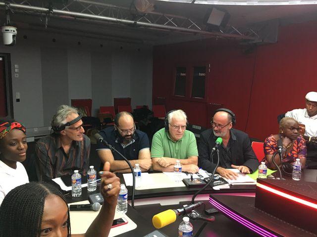 A quelques secondes de l'antenne (de G à D) : Assa Sylla, Hervé Pauchon, Frédérick Sigrist, Albert Algoud, Daniel Morin, Angélique Kidjo et son guitariste