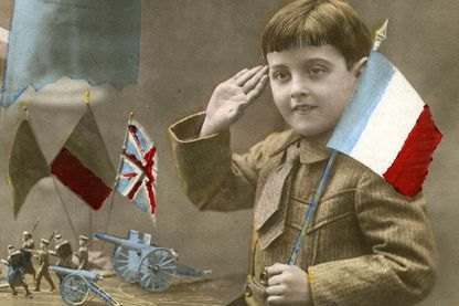 Carte postale patriotique montrant un enfant avec un drapeau et des soldat de plomb, 1915