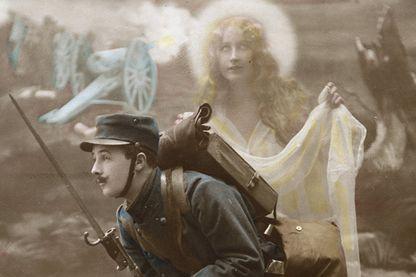 Carte patriotique montrant un soldat en uniforme dans une tranchée protégé par un ange