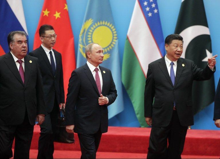 Le président tadjik Emomalii Rahmon, Vladimir Poutine et Xi Jinping à Qingdao (Chine) le 10 juin lors du sommet de l'Organisation de coopération de Shanghai