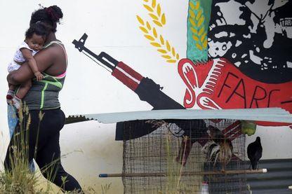 Une ex-rebelle des Farc et son bébé à Icononzo en Colombie, zone démilitarisée destinée à faciliter la réinsertion sociale des ex-guerilleros, le 12 juin 2018.