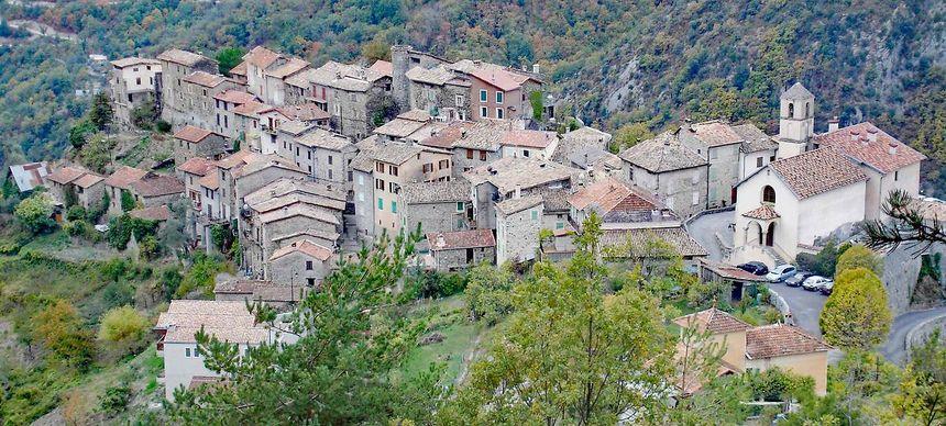 Une vue panoramique du village de Marie dans les Alpes Maritimes