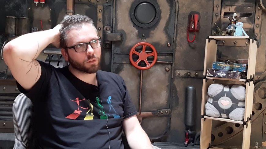 Adrien Vert se demande bien comment expliquer le concept novateur de GearProd, et son jeu vidéo grandeur nature Echo Squad...