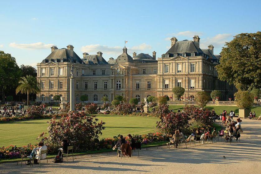 Le palais du Luxembourg, dans le jardin du Luxembourg, à Paris, au coucher du soleil