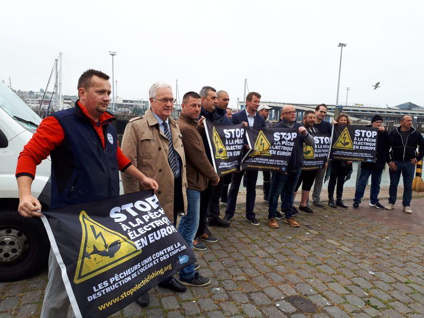 Les pêcheurs du littoral ont reçu le renfort d'élus (ici Yannick Jadot et Jean-Pierre Pont), et de l'association écologiste Bloom.
