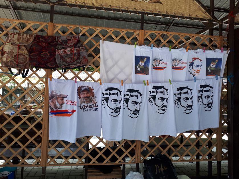 De nouveaux tee shirts ont fait leur apparition sur les étalages : à l'effigie de Nikol Pachinian