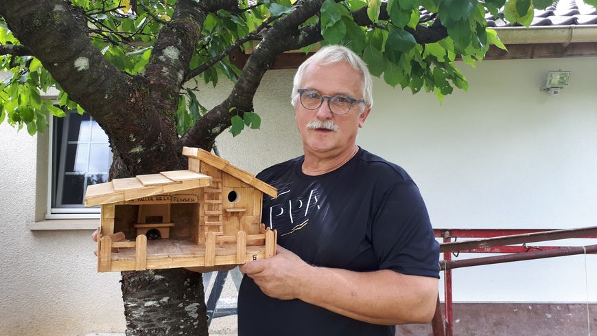 Richard Sziszka et le nichoir qu'il réserve pour le jardin du palais de l'Elysée.