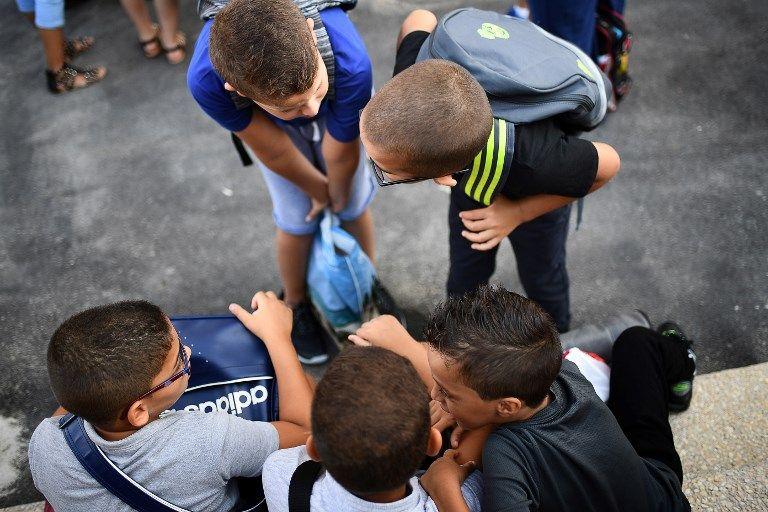 des élèves parlent dans la cour de l'école de Capelette à Marseille