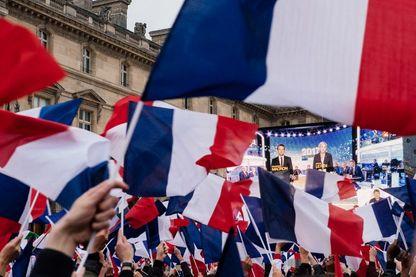 Joie des militants d'Emmanuel Macron, réunis place du Louvre à Paris, le jour de son élection