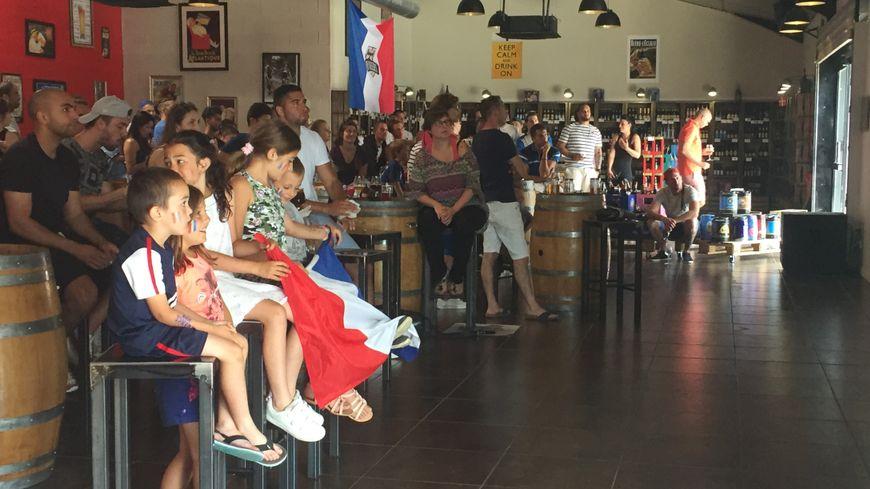 Plus de cent personnes derrière les Bleus dans un bar de Voglans.