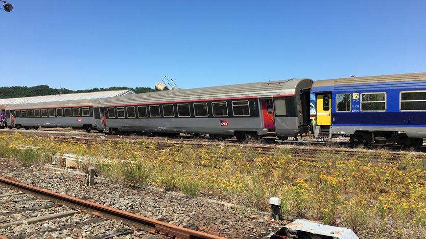 Le train qui a déraillé en gare de Périgueux avec à l'arrière la potence détruite