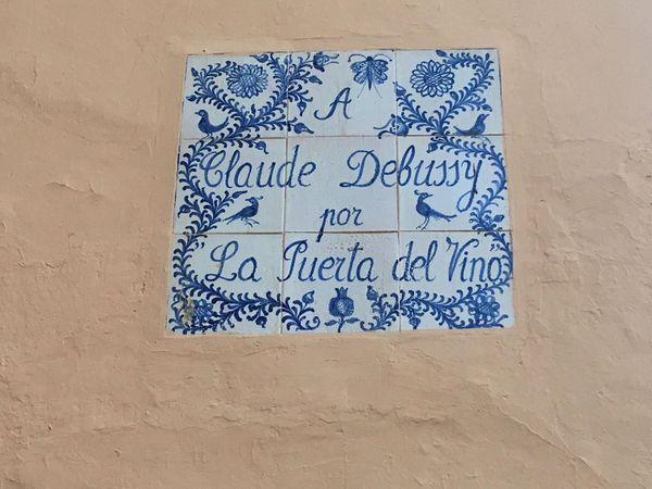Sur un des murs de la Puerta del vino, une dédicace en faïence blanche et bleue est apposée.