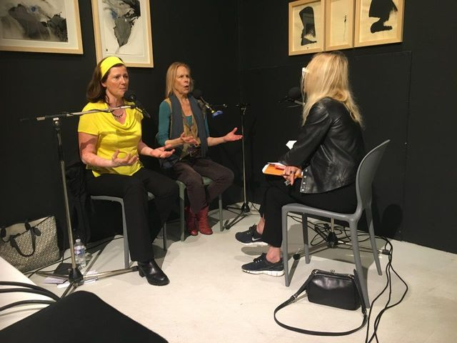 Pendant l'Heure Bleue, Laure Adler face à Carolyn Carlson et Hélène Joguet, l'interprète.
